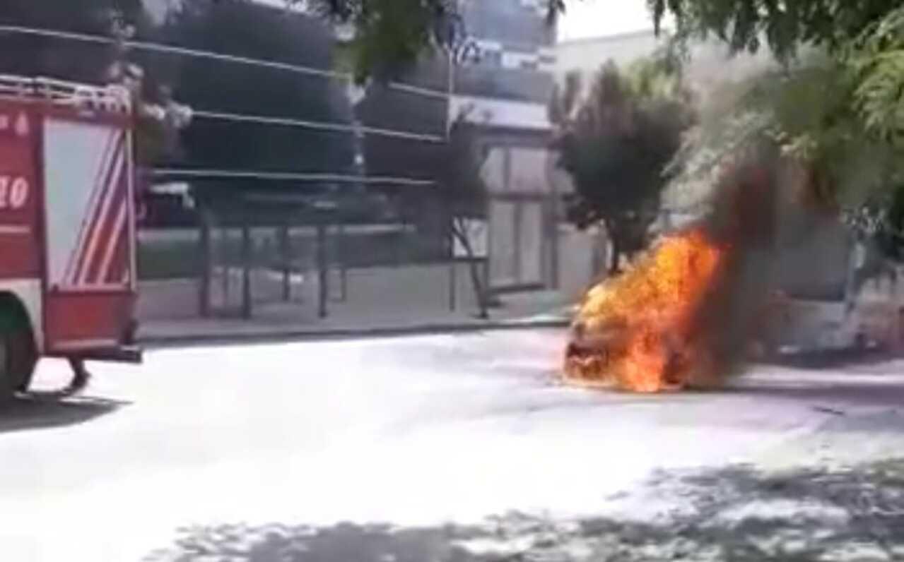 Güngören'de seyir halindeki otomobil alev aldı