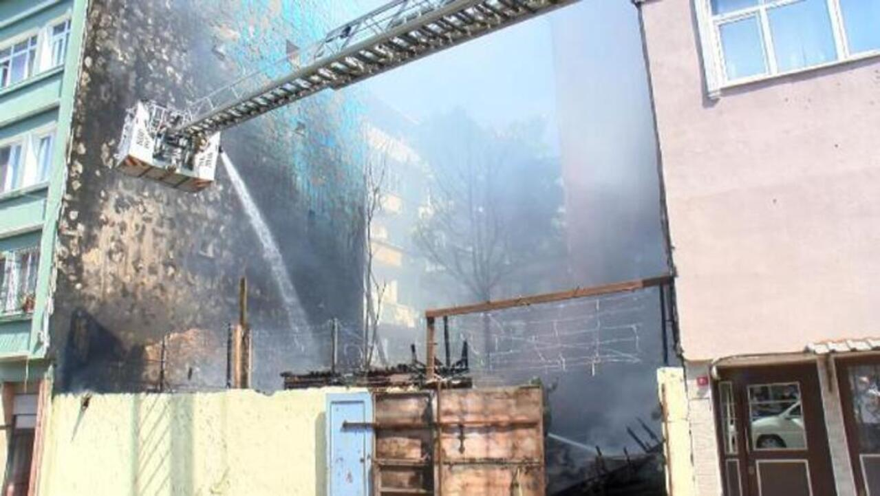 İstanbul Fatih'te üç binada yangın çıktı