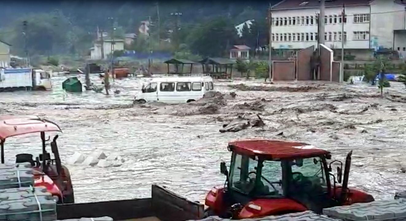 Kastamonu'da sağanak yağış nedeniyle ev ve iş yerleri sular altında kaldı