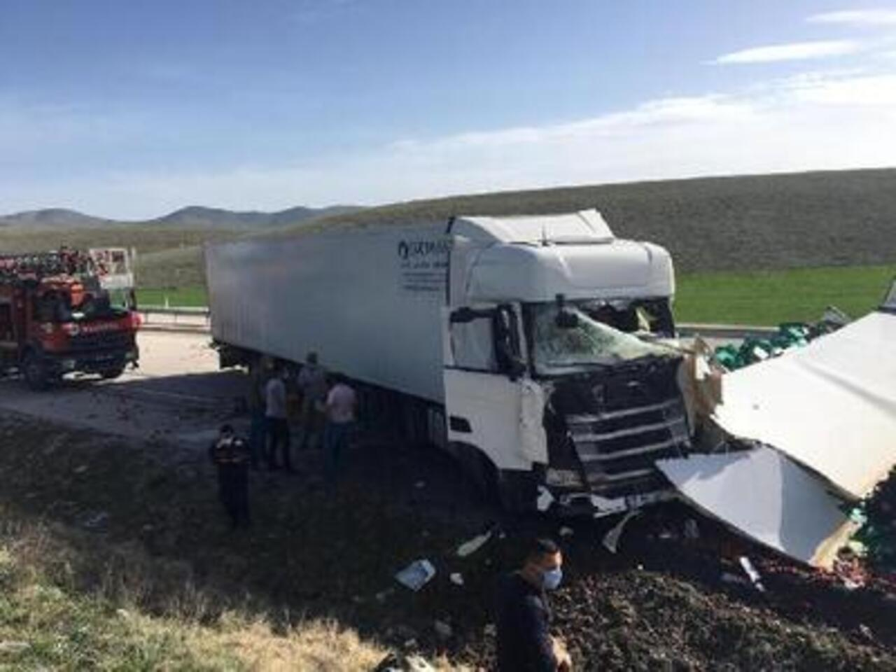 Kütahya'da iki kamyon çarpıştı: 1 ölü, 1 yaralı