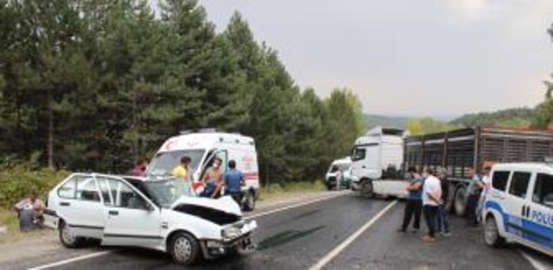 Kütahya'da TIR ile otomobilin çarpıştığı kazada 2 kişi yaralandı
