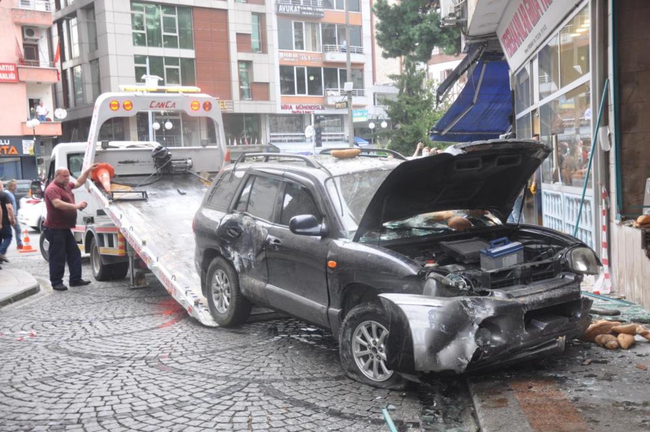 Rize'de korkunç kaza! Otomobil fırına daldı, 2 kadın ölümden döndü
