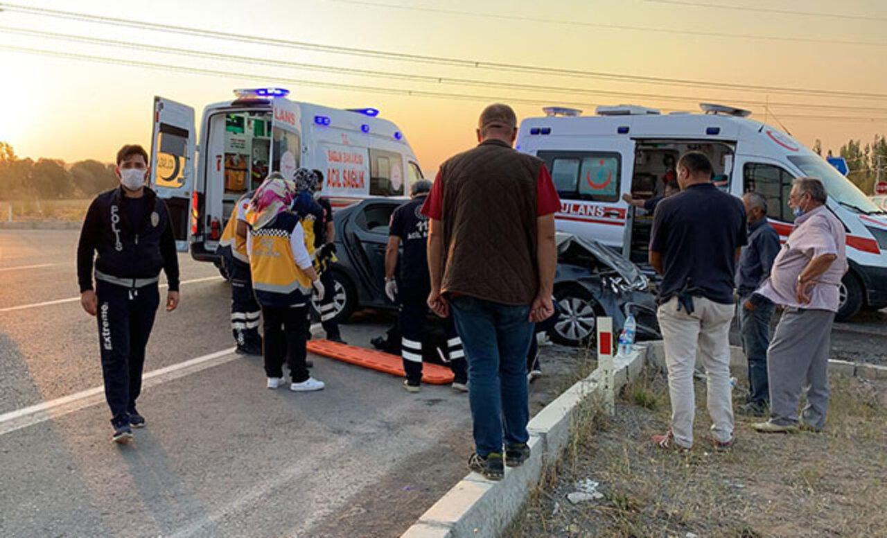 Sivas'ta TIR otomobile çarptı: 5 yaralı