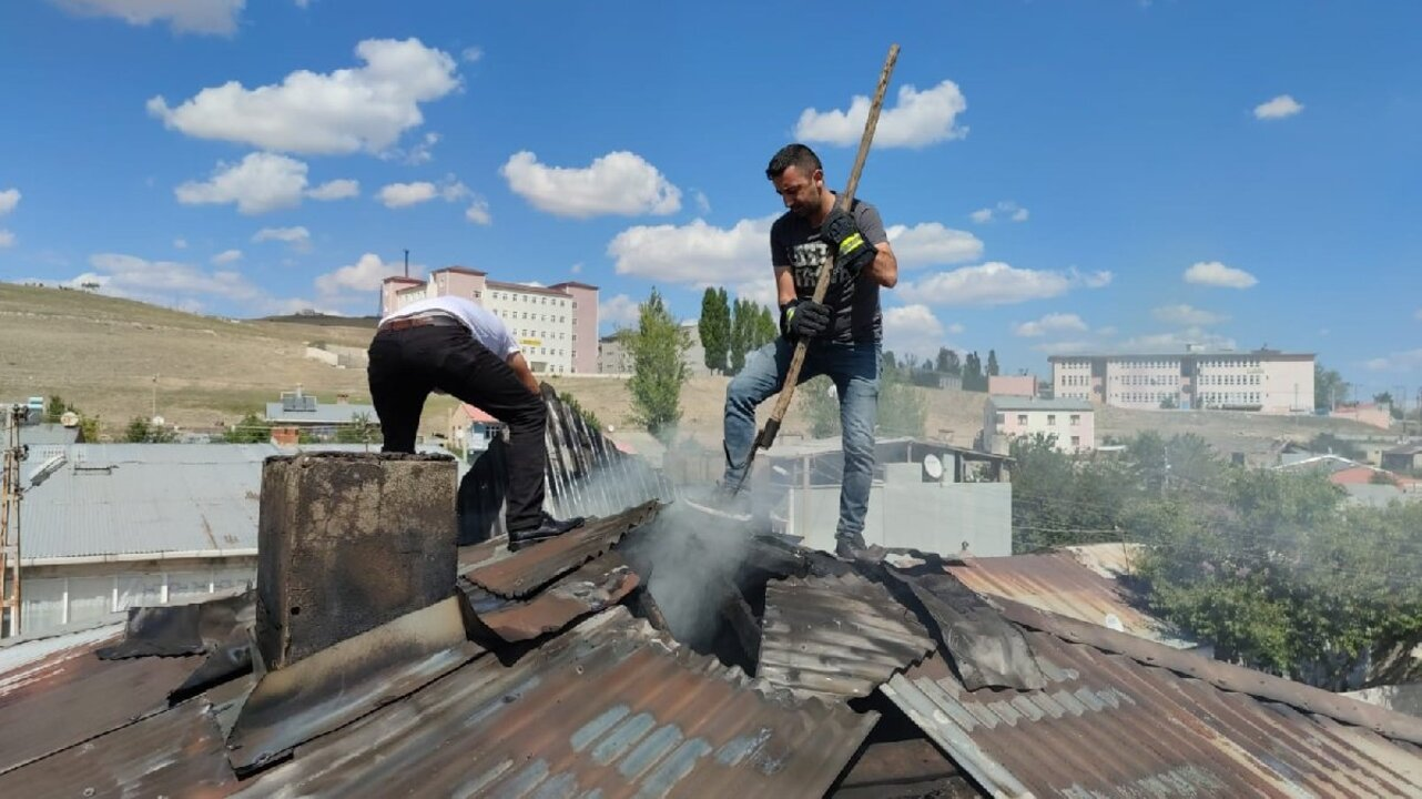 Erzurum'da bir evin çatısında çıkan yangın paniğe yol açtı