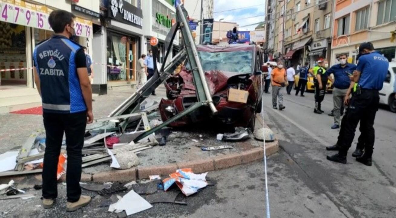 İstanbul'da can pazarı! Araç durağa daldı