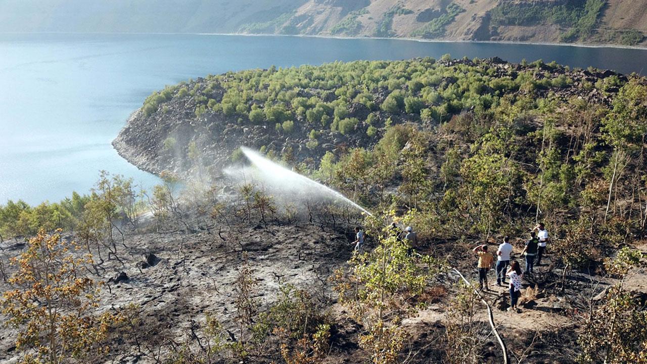 Nemrut Gölü çevresinde çıkan yangın kontrol altına alındı