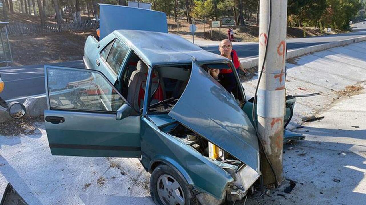 Burdur'da aydınlatma direğine çarpan otomobildeki sürücü hayatını kaybetti, gelini ve 2 torunu yaralandı
