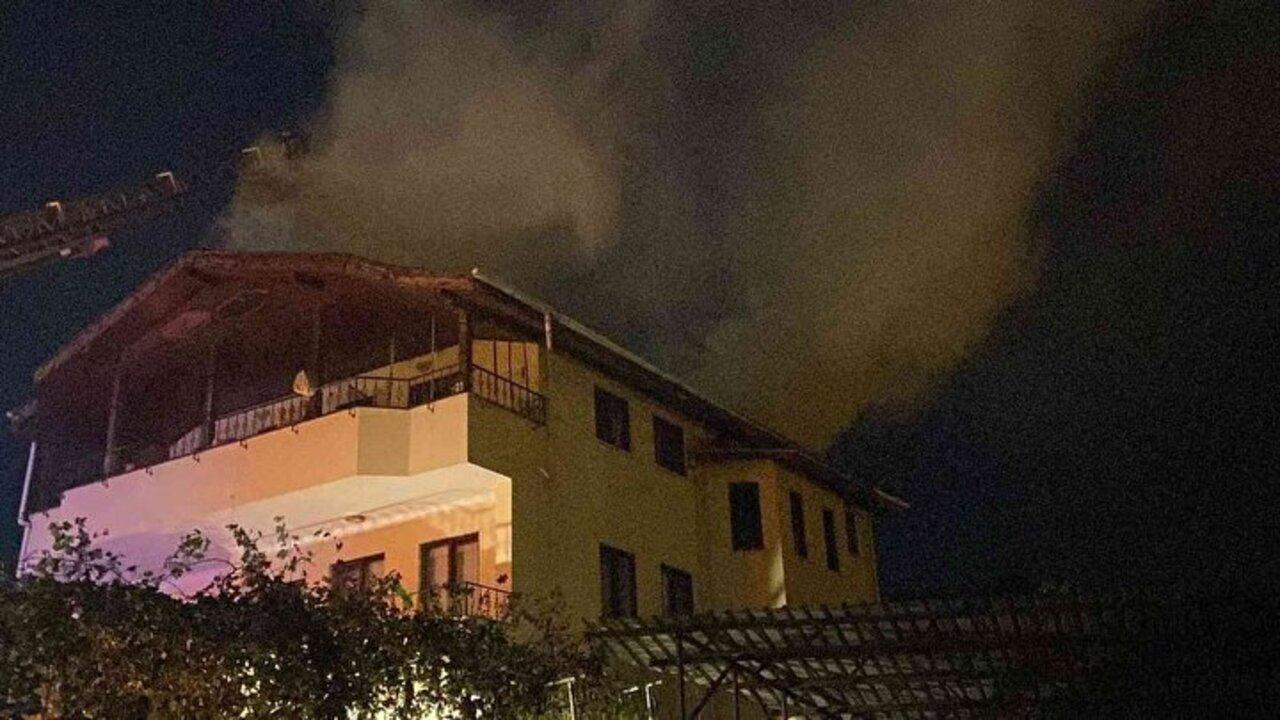 Bursa'da su ısıtıcısının patlaması sonucu çıkan yangında mahsur kalan yaşlı adamı komşuları kurtardı