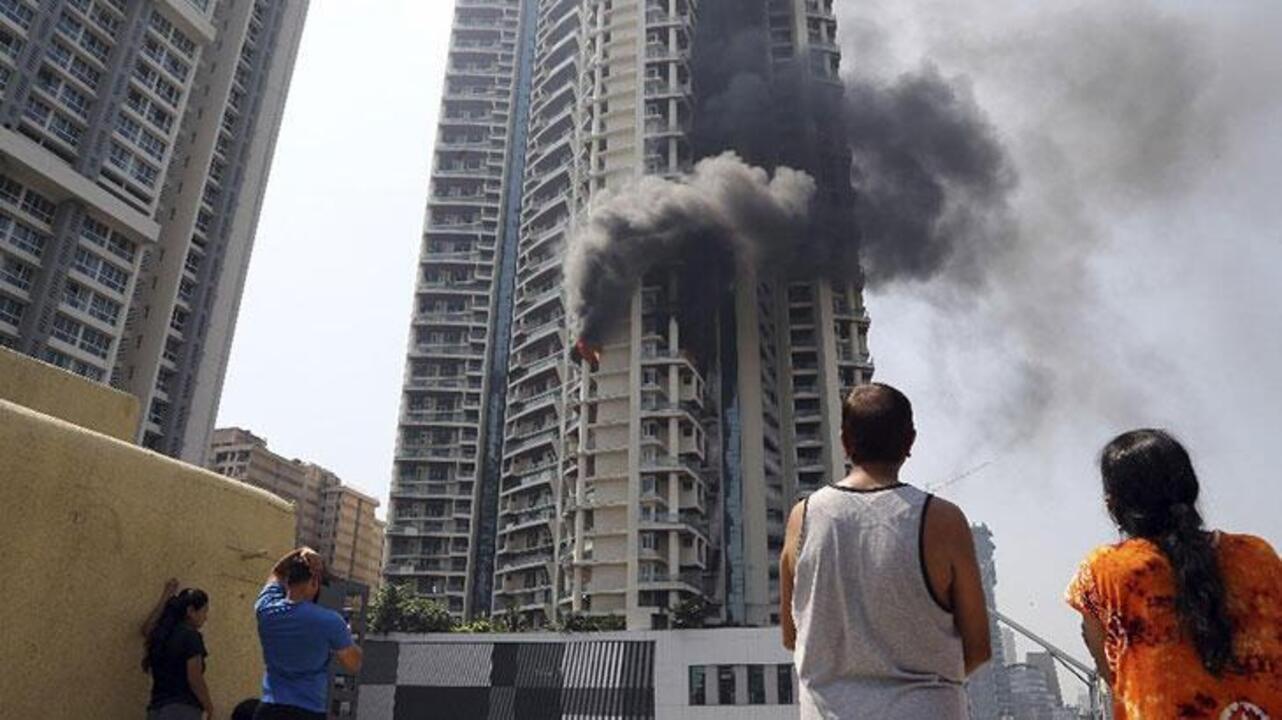 Hindistan'da çok katlı binada çıkan yangında bir kişi hayatını kaybetti