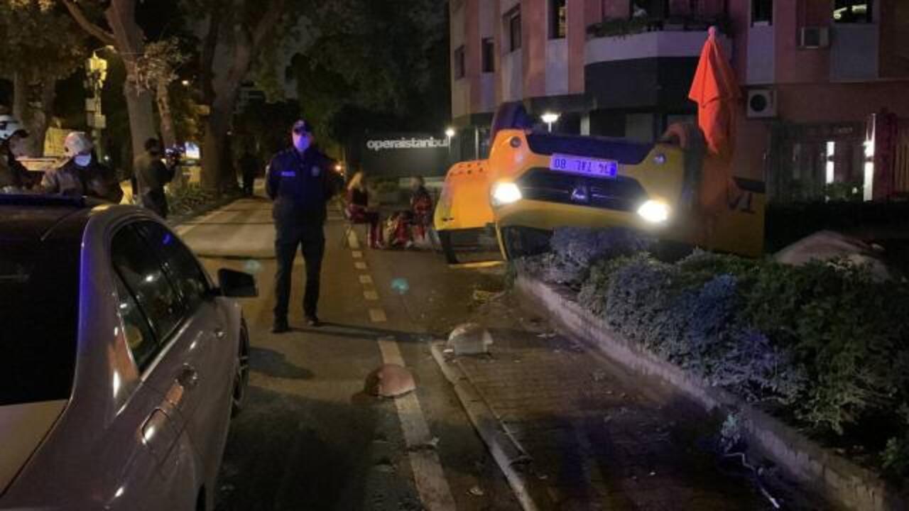 İstanbul'da içerisinde yolcu olan taksi takla attı