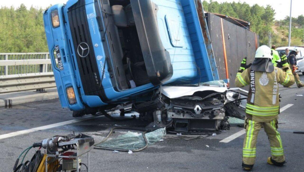İstanbul'da lastiği patlayan kamyon otomobilin üzerine devrildi: 1 ölü, 1 yaralı