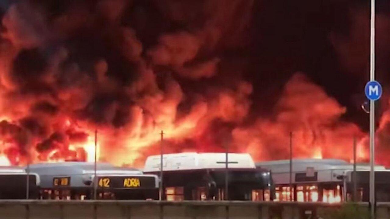 İtalya'da belediye otobüsleri yandı