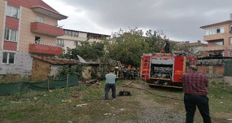 Kocaeli Darıca'da bir apartmanın kömürlüğünde yangın çıktı