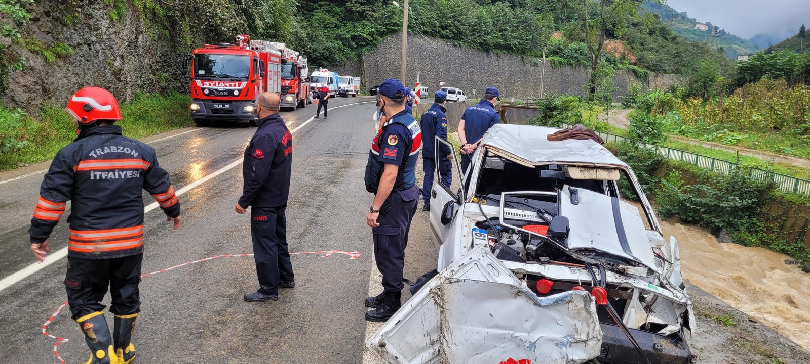 Trabzon Yomra'da kontrolden çıkan otomobil dereye uçtu: 2 ölü
