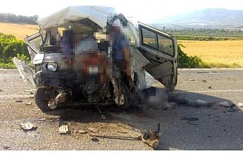 Manisa Salihli'de 3 araç birbirine girdi; zincirleme kazada 6 kişi hayatını kaybetti, 20 kişi yaralı