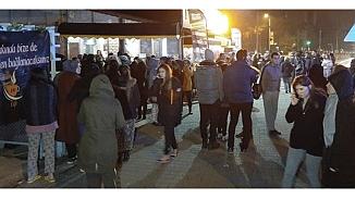 Depremden evlerine girmeyen Elazığ halkı geceyi sokaklarda geçirdi