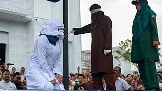 Endonezya'da kadın hükümlülerin cezalarını kadın kırbaç ekibi verecek!