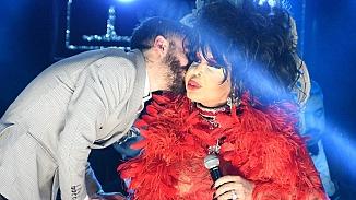 Bülent Ersoy'a hayranından öpücük