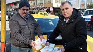 Taksi şoföründen alkışlanacak hareket, Aracında unutulan 70 bin lirayı sahibine verdi