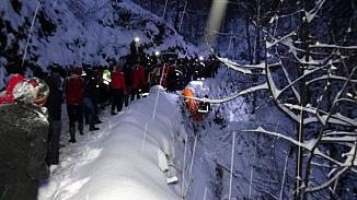 Yol açma çalışması yapan kar küreme kepçesi uçuruma yuvarlandı
