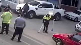 Kaza yerine giden polis önce tutanak tuttu sonra yerleri süpürdü!