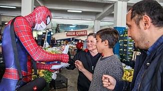Antalyalı Örümcek Adam kostüm giyip ihtiyaç sahiplerine yardıma koştu
