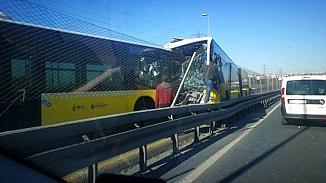 Avcılar'da metrobüs kazası; İki metrobüs kafa kafaya çarpıştı!