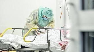 Koronavirüs hastası olduğunu doktorlardan gizleyerek doğuma girdi