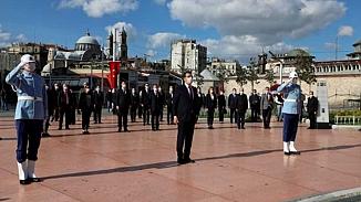 Taksim Cumhuriyet Anıtı'nda sosyal mesafeli tören