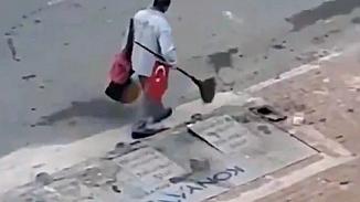 Türk bayrağını yerden alarak süpürgesine takan koca yürekli temizlik işçisi