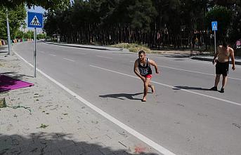 Adana sıcaktan bunalan gençler polisi görünce giyinmeden kaçtılar!