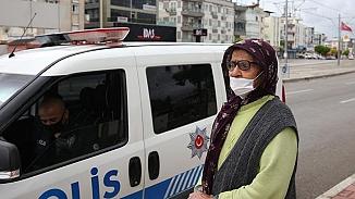 Antalya'da sokağa atılan yaşlı kadın polise sığındı