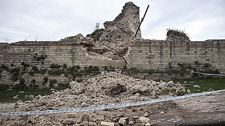 Topkapı'daki tarihi surlar çöktü, Ekipler bölgeye sevk edildi