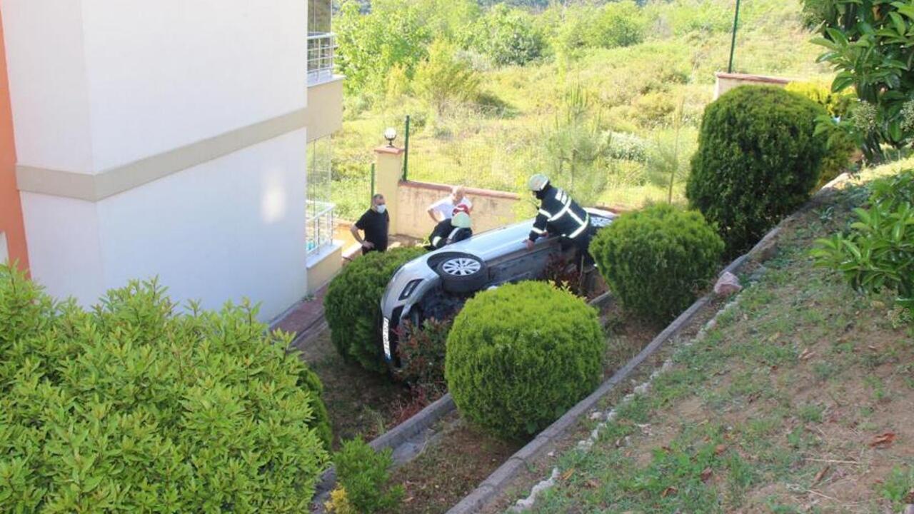 Aracını park etmek isterken 4 metre yükseklikten sitenin bahçesine uçtu
