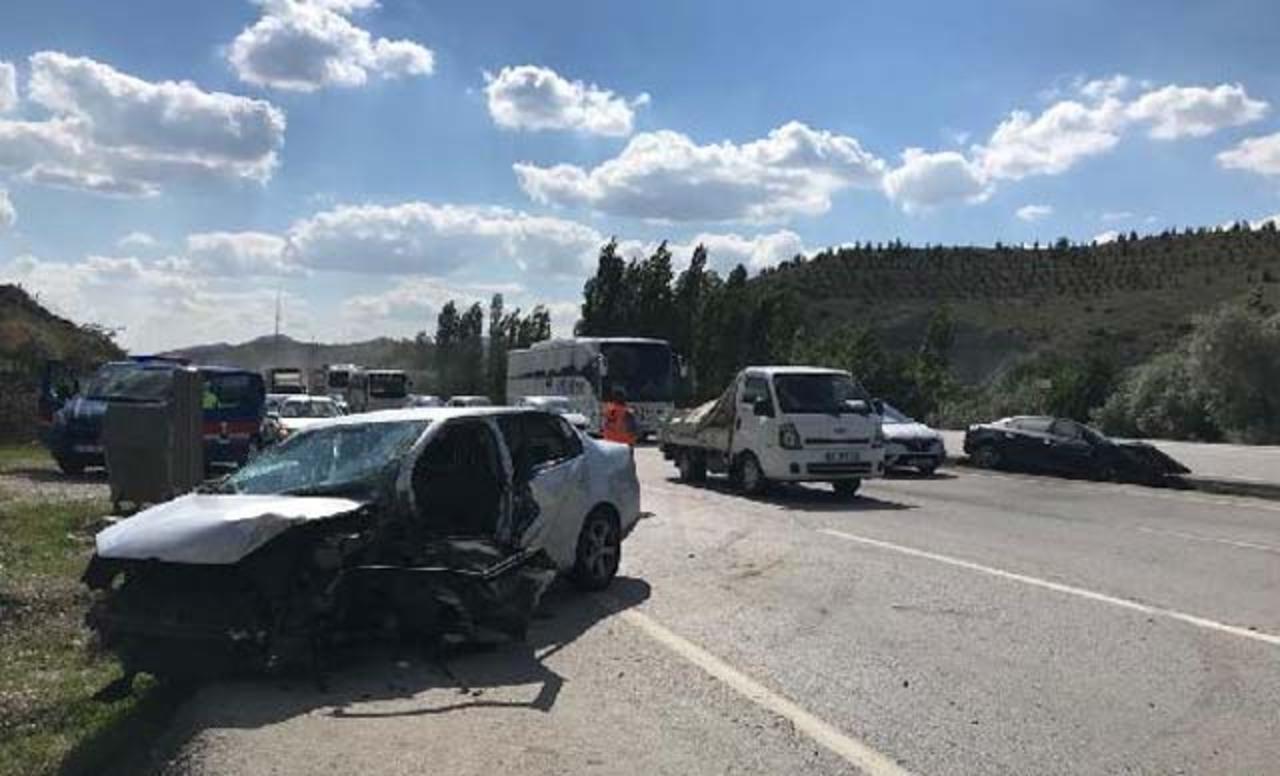 Ankara'da karşı şeride geçen otomobil 2 araca çarptı: 6 yaralı