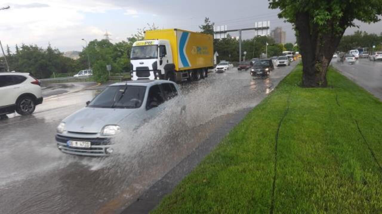 Ankara'da sağanak yağış sonrası cadde ve sokaklar göle döndü