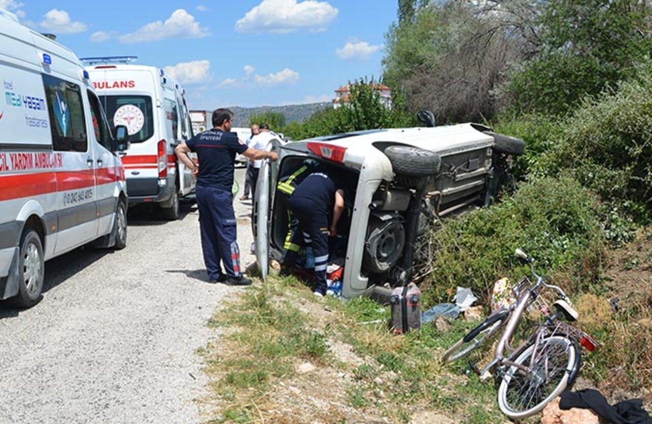 Antalya'da devrilen araçta sıkıştılar: 3 yaralı