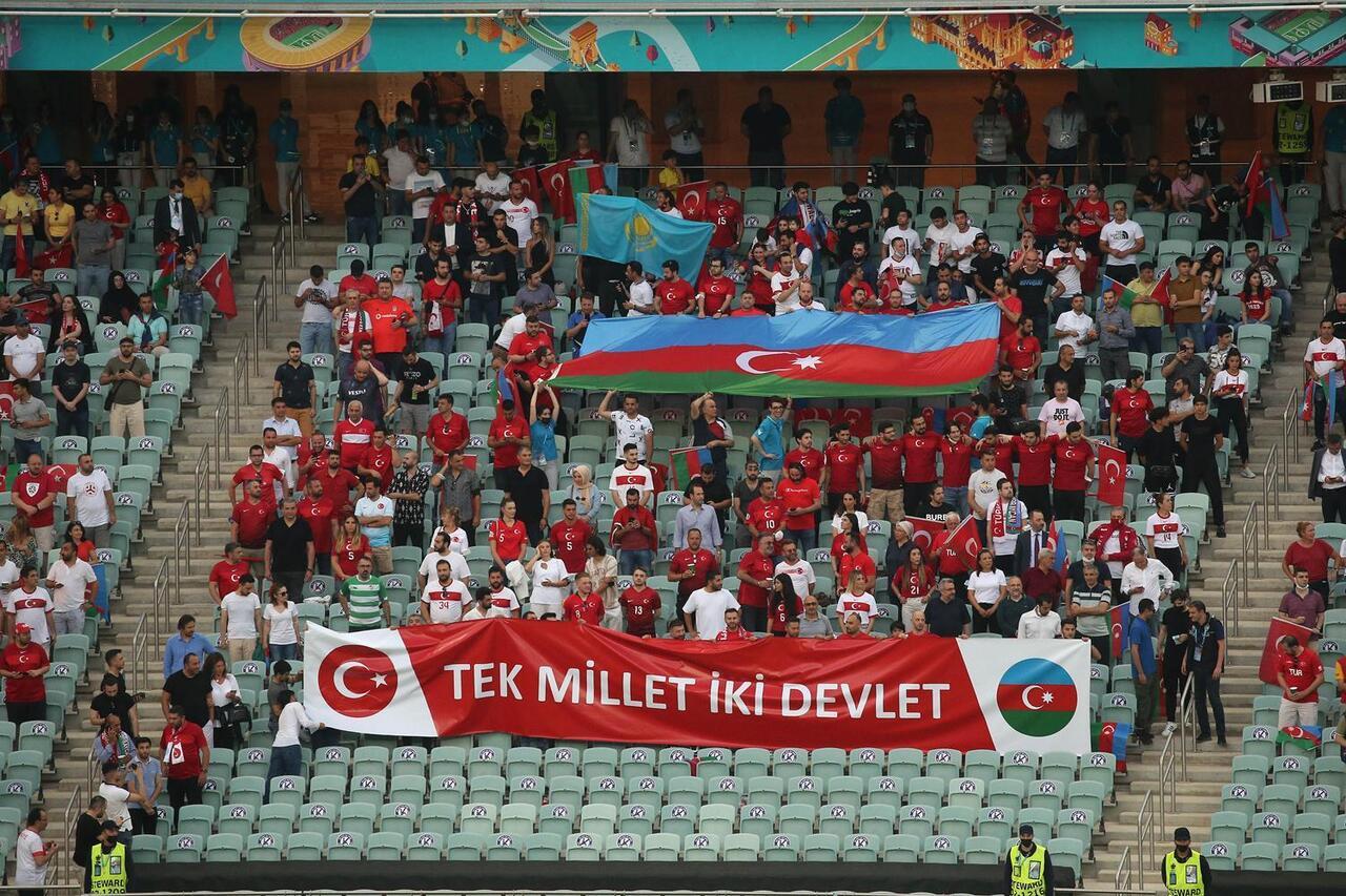 Bakü'den A Milli futbolcularımıza büyük destek geldi
