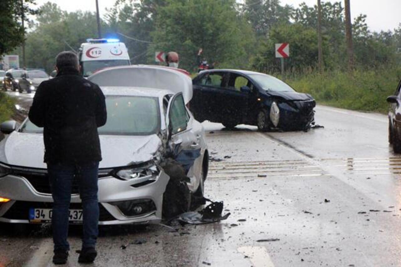 Bolu'da sollamaya çalışan araç kaza yaptı: 9 yaralı var!