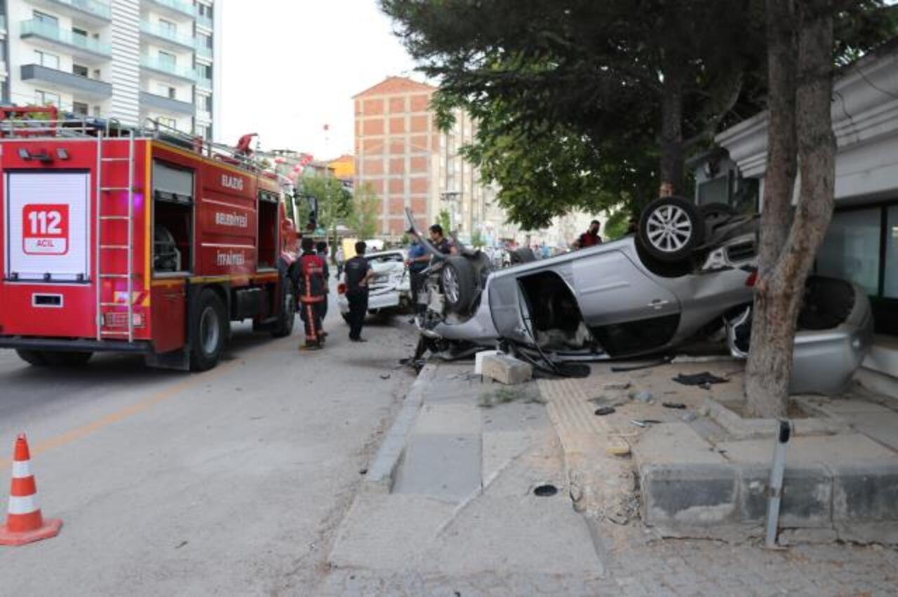 Elazığ'da otomobil park halindeki araca çarptı: 3 yaralı!