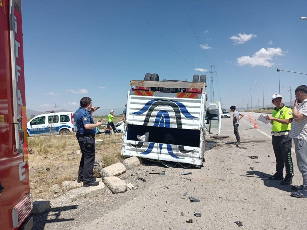 Erzurum'da otomobil ile kamyonet çarpıştı: 4 kişi yaralandı
