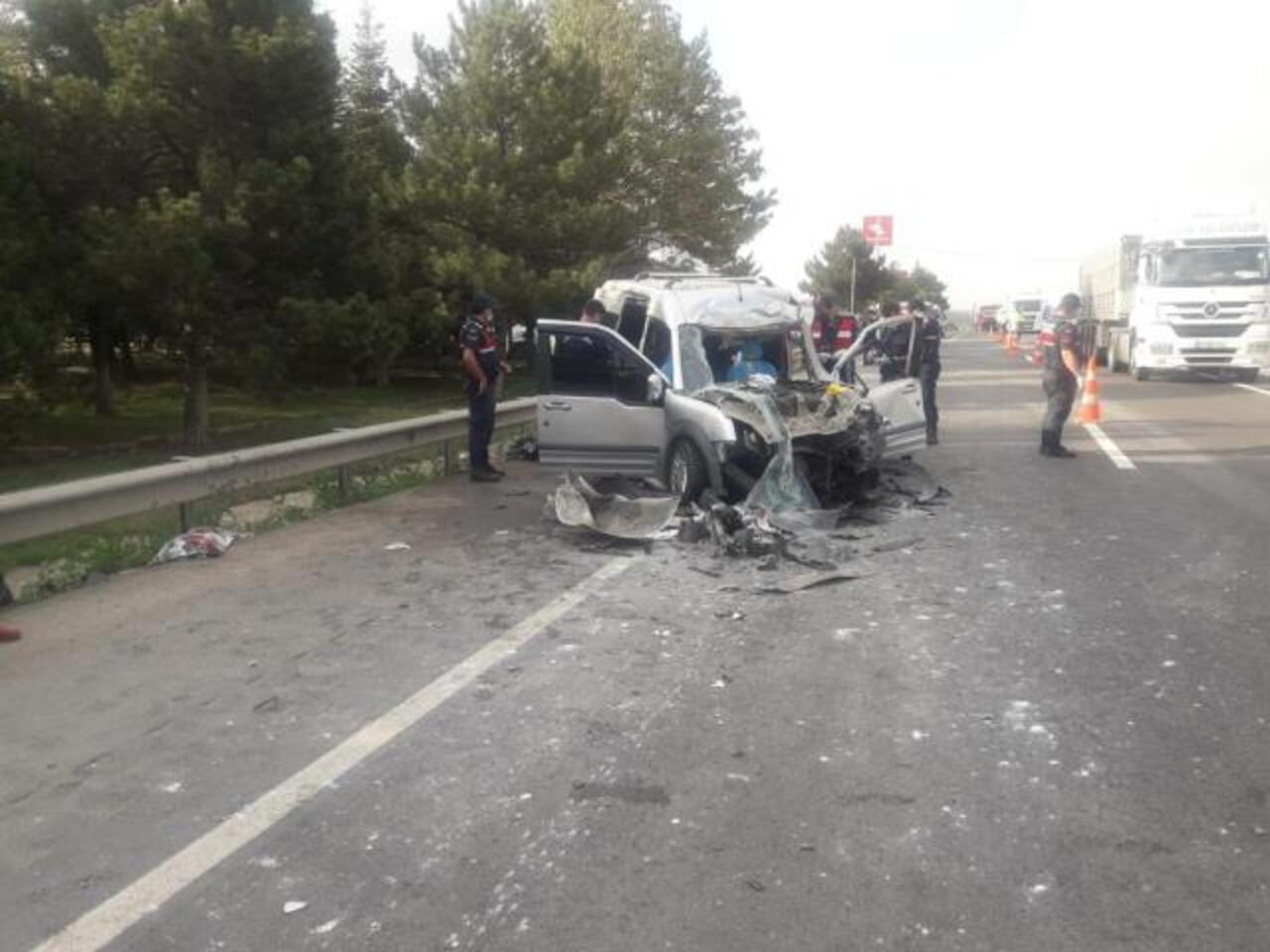 Eskişehir Sivrihisar'da hafif ticari araç tırla çarpıştı: 2 ölü, 3 yaralı!