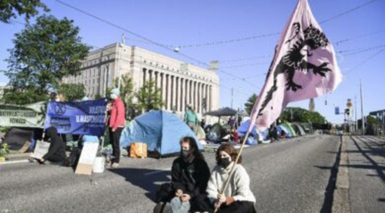 Finlandiya'da bir araya gelen protestocular bölgeyi trafiğe kapadı