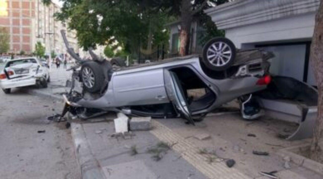 Hareketsiz haldeki otomobile çarpan araç ters döndü