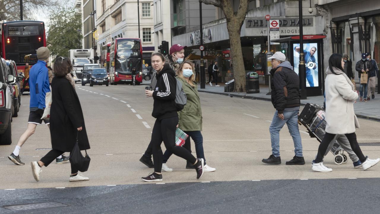 İngiltere'de koronavirüs gençler yüzünden yayılıyor