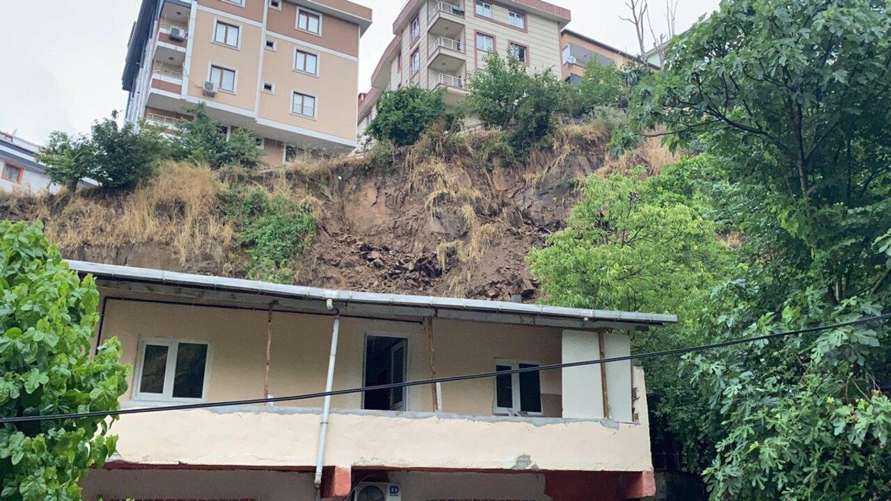 İstanbul'da sağanak yağmurun ardından toprak kayması