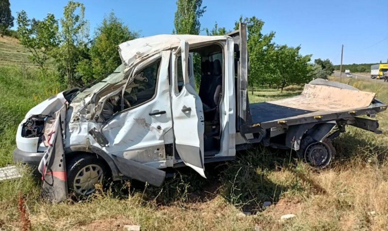 Malatya'da elektrik direğine çarpan kamyonetteki 3 kişi yaralandı