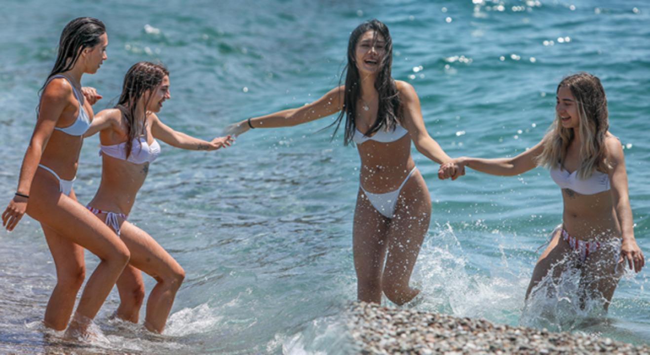 Rus turistler geldi! Antalya'da sahiller dolup taştı
