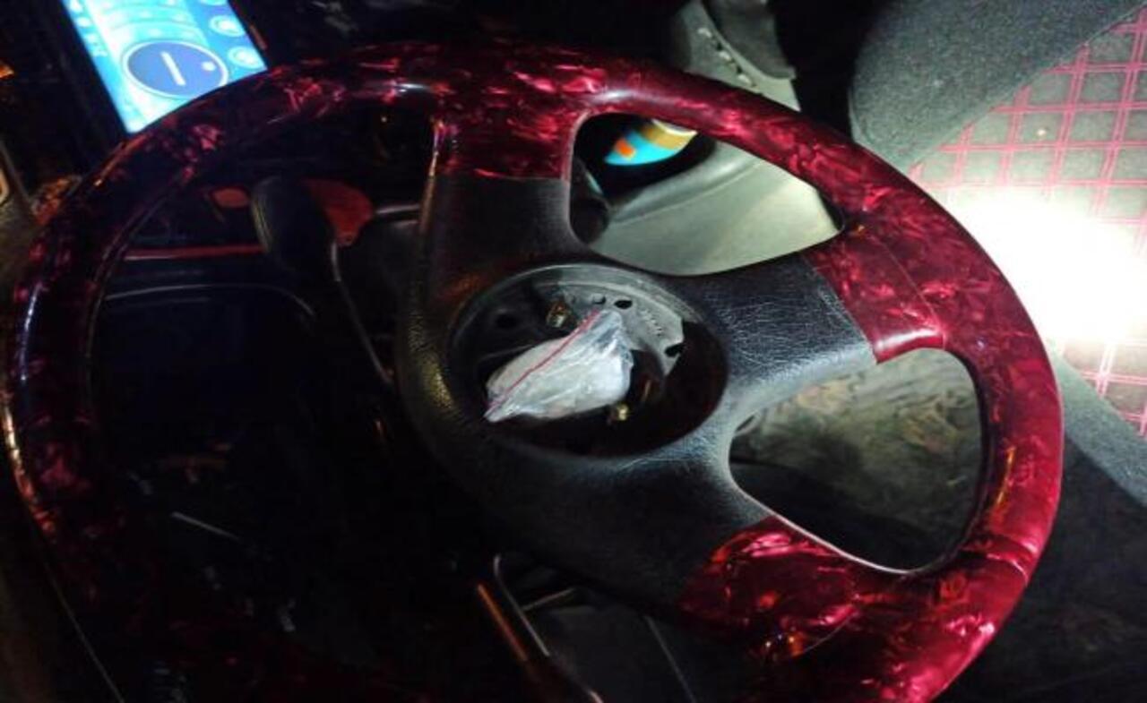 Adıyaman'da bir otomobilin direksiyonuna gizlenmiş uyuşturucu ele geçirildi
