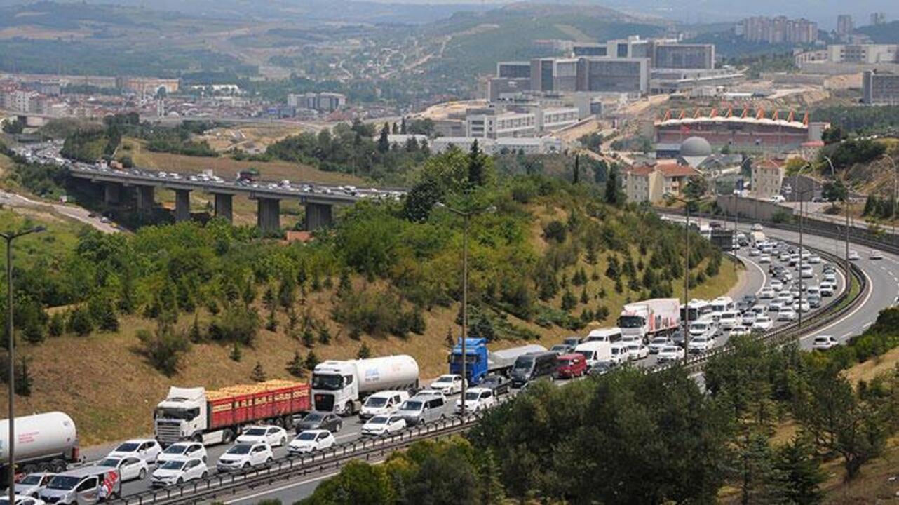 Anadolu Otoyolu üzerinde 3 tır çarpıştı: Trafik durma noktasına geldi